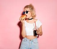 美丽的适合女孩用可乐和汉堡 库存照片