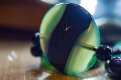 美丽的透亮绿色玛瑙宝石,宏指令大优美的小珠  免版税库存图片