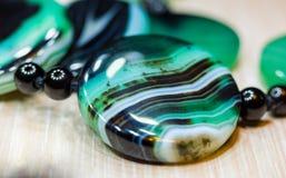 美丽的透亮绿色玛瑙宝石,宏指令大优美的小珠  免版税库存照片