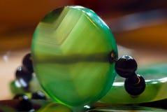 美丽的透亮绿色玛瑙宝石,宏指令大优美的小珠  库存图片