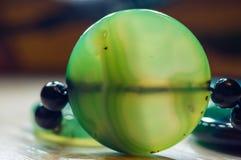 美丽的透亮绿色玛瑙宝石,宏指令大优美的小珠  免版税图库摄影