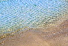 美丽的透明清楚的软的海波浪,在圣彼德堡,拉斯附近的波儿地克的海岸宏观看法的背景关闭在海滩的 库存照片