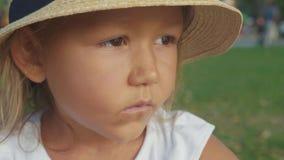美丽的逗人喜爱的严重小女孩特写镜头画象coutry样式帽子的 股票视频