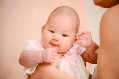 美丽的逗人喜爱的亚裔婴孩特写镜头照片  免版税库存照片