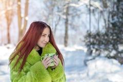 美丽的逗人喜爱的俏丽的绿色毛皮coa的红头发人女性少年 库存图片