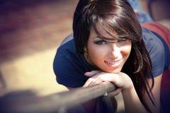 美丽的逗人喜爱的微笑甜点妇女 免版税图库摄影