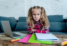 美丽的逗人喜爱的金发碧眼的女人9年小学生感觉哀伤不耐烦的和一被淹没的设法在家学习在学会 免版税库存图片