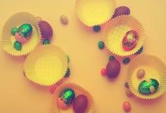 美丽的郁金香用在巢的五颜六色的鹌鹑蛋在浅灰色的石背景 春天和复活节假日概念 图库摄影