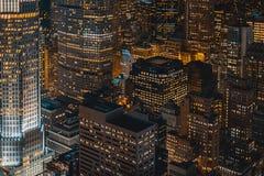 美丽的都市城市在晚上从上面射击了 免版税库存图片