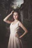 美丽的都市妇女,礼服的女孩在老街道 图库摄影