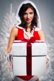 美丽的配件箱礼品圣诞老人妇女 库存图片