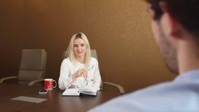 美丽的金发女实业家谈话与客户在办公室 股票录像