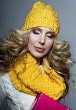 美丽的金发碧眼的女人一个黄色帽子和围巾的女孩 库存照片