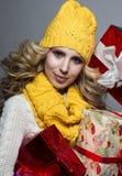 美丽的金发碧眼的女人一个黄色帽子和围巾的女孩 免版税库存照片