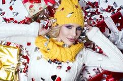 美丽的金发碧眼的女人一个黄色帽子和围巾的女孩 免版税库存图片