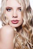 美丽的金发碧眼的女人关闭纵向 免版税库存图片