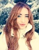 美丽的金发碧眼的女人冬天画象  免版税库存图片