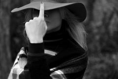 美丽的金发碧眼的女人单色画象时髦的呢帽的 免版税库存图片