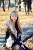 年轻美丽的金发碧眼的女人在公园 库存图片