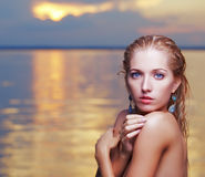 美丽的金发碧眼的女人在海 图库摄影