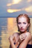 美丽的金发碧眼的女人在海 免版税库存图片