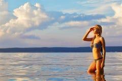美丽的金发碧眼的女人在海 免版税图库摄影