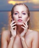 美丽的金发碧眼的女人在海 免版税库存照片