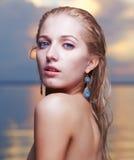 美丽的金发碧眼的女人在海 库存图片