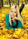 美丽的金发碧眼的女人在秋天天气在 库存照片