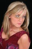 美丽的金发碧眼的女人注视头发淡褐&# 库存图片