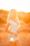 美丽的金发碧眼的女人的画象日落的 免版税库存照片