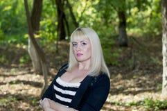 美丽的金发碧眼的女人的画象以w为背景的 免版税库存图片
