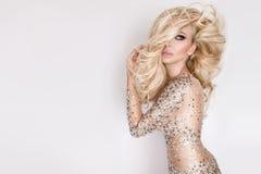 美丽的金发碧眼的女人,有聚焦的密集的长的头发的画象有惊人的眼睛的 免版税库存照片