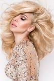 美丽的金发碧眼的女人,有聚焦的密集的长的头发的画象有惊人的眼睛的 免版税库存图片