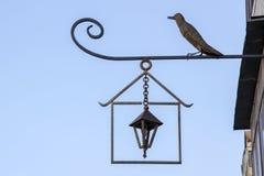 美丽的金属伪造了街灯和鸟的构成 免版税库存图片