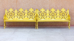 美丽的金属庭院椅子 免版税库存图片