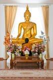 美丽的金菩萨雕象 免版税库存照片