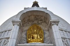 美丽的金黄菩萨雕象在尚蒂Stupa寺庙在德里 免版税库存图片