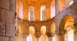 美丽的金黄轻的洪水通过被成拱形的教会窗口双重排  免版税库存照片