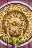 美丽的金黄门把手在Rumtek修道院里在甘托克,印度 免版税库存照片