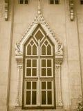 美丽的金黄窗口有在泰国tem的白水泥背景 库存图片