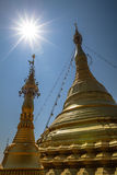 美丽的金黄stupa、chedi和塔佛教寺庙的在泰国 免版税图库摄影