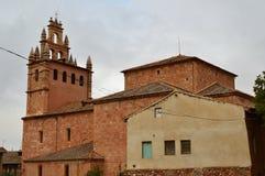 美丽的钟楼在有它的黑石板屋顶的这个美丽如画的村庄在Madriguera 建筑学假期旅行农村生活 库存图片