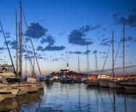 美丽的镇罗维尼夜视图在Istria,克罗地亚 晚上在老克罗地亚城市,与水反射的夜场面和颜色 图库摄影