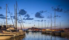 美丽的镇罗维尼夜视图在Istria,克罗地亚 晚上在老克罗地亚城市,与水反射的夜场面 免版税库存照片