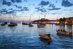 美丽的镇罗维尼夜视图在Istria,克罗地亚 晚上在老克罗地亚城市,与水反射的夜场面 库存图片