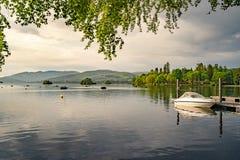 美丽的镇静湖夏天晚上和日落 免版税库存图片