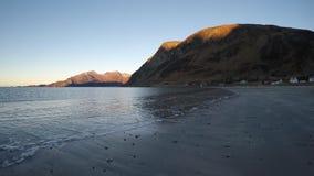 美丽的镇静蓝色在晚秋天挥动击中白色结冰的沙滩 股票视频