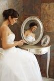 美丽的镜子新娘坐的前面  图库摄影