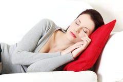 美丽的长沙发休眠的妇女 免版税图库摄影